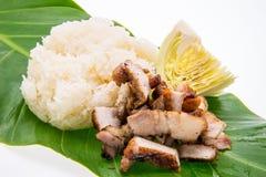 Το ψημένο στη σχάρα χοιρινό κρέας και το κολλώδες ρύζι βγάζουν φύλλα επάνω Στοκ Εικόνα