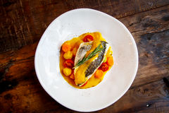 Το ψημένο στη σχάρα ψάρι με τα βρασμένα λαχανικά στη σάλτσα κάρρυ είναι στη PL Στοκ Εικόνα