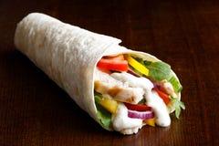 Το ψημένο στη σχάρα tortilla κοτόπουλου και σαλάτας περικάλυμμα με την άσπρη σάλτσα απομονώνει Στοκ φωτογραφία με δικαίωμα ελεύθερης χρήσης