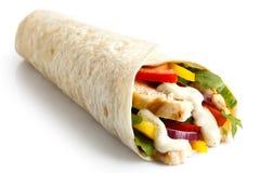 Το ψημένο στη σχάρα tortilla κοτόπουλου και σαλάτας περικάλυμμα με την άσπρη σάλτσα απομονώνει Στοκ Φωτογραφία