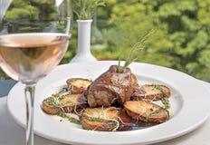Το ψημένο χοιρινό κρέας λούστρου με οι πατάτες στοκ εικόνες