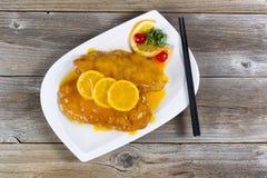 Το ψωμί έντυσε το τηγανισμένο κοτόπουλο με τη σάλτσα λεμονιών έτοιμη να φάει Στοκ Εικόνα