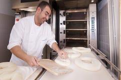 το ψωμί αρτοποιών κάνει Στοκ εικόνα με δικαίωμα ελεύθερης χρήσης