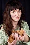 το ψωμί επαιτών δίνει τη γυν& Στοκ φωτογραφία με δικαίωμα ελεύθερης χρήσης