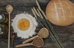 Το ψωμί και ψήνει με τα καρυκεύματα στον πίνακα κουζινών Στοκ Φωτογραφία