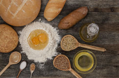 Το ψωμί και ψήνει με τα καρυκεύματα στον πίνακα κουζινών Στοκ εικόνα με δικαίωμα ελεύθερης χρήσης