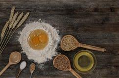 Το ψωμί και ψήνει με τα καρυκεύματα στον πίνακα κουζινών Στοκ εικόνες με δικαίωμα ελεύθερης χρήσης