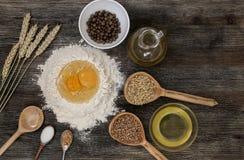Το ψωμί και ψήνει με τα καρυκεύματα στον πίνακα κουζινών Στοκ Φωτογραφίες