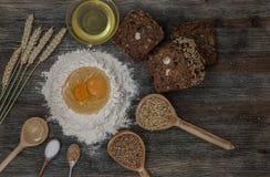 Το ψωμί και ψήνει με τα καρυκεύματα στον πίνακα κουζινών Στοκ Εικόνες