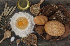 Το ψωμί και ψήνει με τα καρυκεύματα στον πίνακα κουζινών Στοκ φωτογραφίες με δικαίωμα ελεύθερης χρήσης