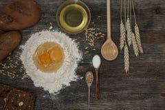 Το ψωμί και ψήνει με τα καρυκεύματα στον πίνακα κουζινών Στοκ Εικόνα