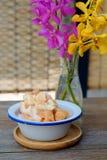 ` Το ψωμί κύβων γεν ` πόνων στα κρύσταλλα πάγου με το σιρόπι και το γάλα είναι ένα γλυκό επιδόρπιο στο παραδοσιακό ύφος της Ταϊλά Στοκ Φωτογραφίες