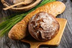Το ψωμί σίκαλης με τα σιτάρια ξύλινο breadboard, υπόβαθρο τροφίμων, έψησε πρόσφατα το παραδοσιακό ψωμί στοκ φωτογραφία με δικαίωμα ελεύθερης χρήσης