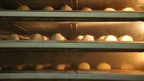 Το ψωμί σε ένα αρτοποιείο ψήνει φιλμ μικρού μήκους