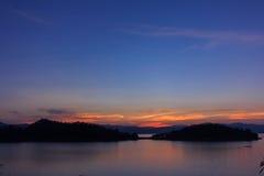 Το ωκεάνιο φράγμα λιμνών με νεφελώδη και το φως του ήλιου το βράδυ, timelapse σκηνή Στοκ φωτογραφίες με δικαίωμα ελεύθερης χρήσης
