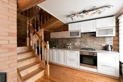 Το δωμάτιο κουζινών σε μια αγροτική καμπίνα κούτσουρων, στα βουνά με ένα όμορφο εσωτερικό σπίτι των κούτσουρων πεύκων Στοκ Εικόνες
