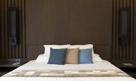 Το δωμάτιο κρεβατιών άνεσης διακοσμεί με το μαξιλάρι Στοκ Εικόνες