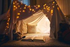 Το δωμάτιο της κενής σκηνής παιδιών κατοικεί το βράδυ Στοκ εικόνα με δικαίωμα ελεύθερης χρήσης