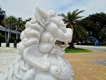 Το όμορφο άσπρο άγαλμα λιονταριών εξωράϊσε τη θέση στοκ εικόνα