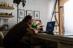 Το όμορφο άτομο εργάζεται στο κέντρο στοιχείων με το lap-top στοκ εικόνα με δικαίωμα ελεύθερης χρήσης