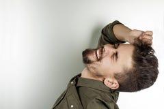 Το όμορφο άτομο με τα μάτια του έκλεισε και ανέστρεψε το κεφάλι Στοκ εικόνα με δικαίωμα ελεύθερης χρήσης