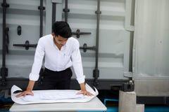 Το όμορφο άτομο μηχανικών εξετάζει το σχεδιάγραμμα προγράμματος Στοκ φωτογραφία με δικαίωμα ελεύθερης χρήσης