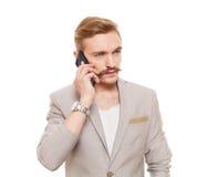 Το όμορφο άτομο μιλά στο κινητό τηλέφωνο που απομονώνεται στο λευκό Στοκ εικόνες με δικαίωμα ελεύθερης χρήσης