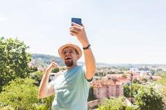 Το όμορφο άτομο παίρνει μια υπαίθρια - καυκάσιοι άνθρωποι - φύση selfie, τους ανθρώπους, την έννοια τρόπου ζωής και τεχνολογίας Στοκ Εικόνες