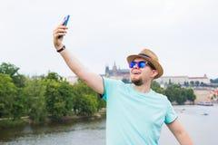Το όμορφο άτομο παίρνει μια υπαίθρια - καυκάσιοι άνθρωποι - φύση selfie, τους ανθρώπους, την έννοια τρόπου ζωής και τεχνολογίας Στοκ φωτογραφία με δικαίωμα ελεύθερης χρήσης