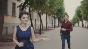 Το όμορφο άτομο προσπαθεί προφθάνει όμορφη φίλη Άνδρας και γυναίκα που έχουν τη διασκέδαση απόθεμα βίντεο