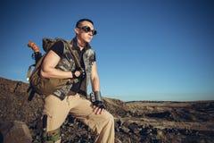 Το όμορφο άτομο σε ένα φανταστικό κοστούμι του στρατιώτη Στοκ Εικόνες
