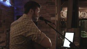 Το όμορφο άτομο τραγουδά στο κοινό απόθεμα βίντεο