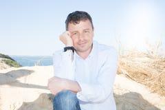Το όμορφο άτομο χαλαρώνει στο καλοκαίρι παραλιών άμμου Στοκ Φωτογραφίες