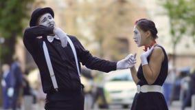 Το όμορφο άτομο mime προσκαλεί τη φίλη του κατά την ημερομηνία απόθεμα βίντεο
