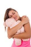 Το όμορφο αγκάλιασμα κοριτσιών teddy αντέχει Στοκ Εικόνες