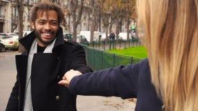 Το όμορφο αγόρι Enamored strolling με την εκμετάλλευση κοριτσιών παραδίδει σε αργή κίνηση απόθεμα βίντεο