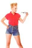 Το όμορφο αναδρομικό hairstyle κοριτσιών κρατά τα γυαλιά απομονωμένα Στοκ Εικόνες