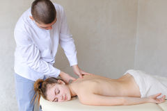 Το όμορφο αρσενικό orthopedist υποστηρίζει το μασάζ στη γυναίκα που επάνω Στοκ φωτογραφίες με δικαίωμα ελεύθερης χρήσης