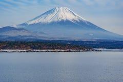 Το όμορφο βουνό του Φούτζι διαμορφώνει την ειρηνική λίμνη πέντε το χειμώνα Στοκ Φωτογραφίες