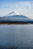 Το όμορφο βουνό του Φούτζι διαμορφώνει την ειρηνική λίμνη πέντε το χειμώνα Στοκ εικόνες με δικαίωμα ελεύθερης χρήσης