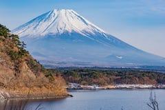 Το όμορφο βουνό του Φούτζι διαμορφώνει την ειρηνική λίμνη πέντε το χειμώνα Στοκ εικόνα με δικαίωμα ελεύθερης χρήσης
