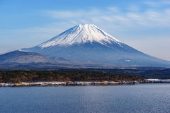 Το όμορφο βουνό του Φούτζι διαμορφώνει την ειρηνική λίμνη πέντε το χειμώνα Στοκ φωτογραφία με δικαίωμα ελεύθερης χρήσης