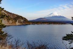 Το όμορφο βουνό του Φούτζι διαμορφώνει την ειρηνική λίμνη πέντε το χειμώνα Στοκ Φωτογραφία