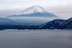 Το όμορφο βουνό του Φούτζι διαμορφώνει την ειρηνική λίμνη πέντε το χειμώνα Στοκ Εικόνα