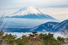 Το όμορφο βουνό του Φούτζι διαμορφώνει την ειρηνική λίμνη πέντε το χειμώνα Στοκ Εικόνες