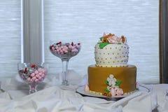 Το όμορφο γαμήλιο κέικ, κλείνει επάνω του κέικ Στοκ Εικόνες