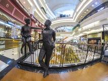 Το όμορφο γλυπτό αγοριών και κοριτσιών σε μια λεωφόρο αγορών πολυτέλειας κάλεσε ` περίπατο ` σε Ramintra Στοκ εικόνα με δικαίωμα ελεύθερης χρήσης