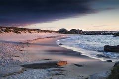 Το όμορφο ηλιοβασίλεμα σκιάζει την ακτή σε Meneham, Βρετάνη, Γαλλία Στοκ εικόνες με δικαίωμα ελεύθερης χρήσης