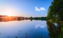 Το όμορφο ηλιοβασίλεμα ουρανού στο νερό Στοκ Φωτογραφίες