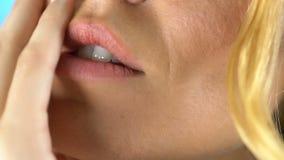 Το όμορφο θηλυκό πρόσωπο με τη σύνθεση, τρίβει για τα juicy χείλια, skincare, άποψη κινηματογραφήσεων σε πρώτο πλάνο φιλμ μικρού μήκους